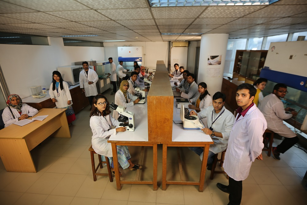 In the laboratory, students are under constant vigilance and guidance to perform work smoothly.JPG
